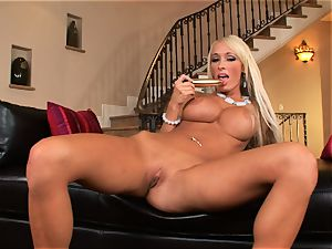 Lichelle Marie packs a stiff plaything up her raw cooch and luvs every minute