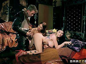 muff slayer pierces two vulvas in Westeros