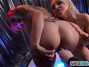 Alix Lynx and Anna Bell Peaks doing their thing at the undress club